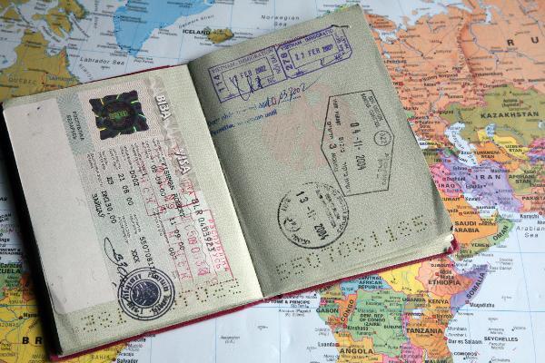 Ein deutscher Reisepass der Europäischen Gemeinschaft liegt aufgeschlagen auf einer Weltkarte, gut sichtbar ein Visa (Visum) für Weißrussland (l) und Einreisestempel anderer Staaten wie Vietnam (r). Aufnahme vom 06.06.2007. Foto: Robert B. Fishman +++(c) dpa - Report+++